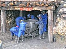 Mineros ruandeses del metal precioso imagenes de archivo