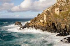 Mines cornouaillaises de bidon construites sur la falaise Photos libres de droits