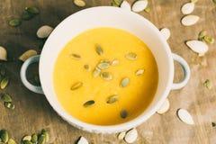 Minestra arrostita del formaggio e della zucca con i semi in piatto della ciotola Fotografie Stock Libere da Diritti