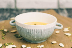 Minestra arrostita del formaggio e della zucca con i semi in piatto della ciotola Fotografie Stock
