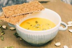 Minestra arrostita del formaggio e della zucca in pani croccanti del whith del piatto della ciotola Fotografie Stock