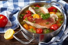 Minestra calorosa del pesce - cucina greca, primo piano immagini stock