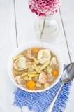 Minestra casalinga dei tortellini con il pollo e le verdure Immagini Stock Libere da Diritti