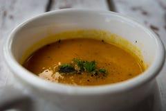 Minestra con le carote, lo zenzero ed il succo d'arancia fotografia stock libera da diritti