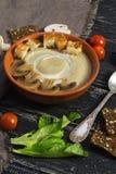 Minestra crema con i funghi Purè con i funghi, pane tostato, pomodori ciliegia della minestra Fotografie Stock Libere da Diritti