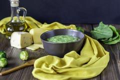 Minestra crema con spinaci e formaggio Cibo sano Priorit? bassa di legno fotografia stock libera da diritti
