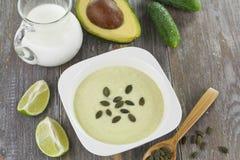 Minestra crema del cetriolo e dell'avocado Fotografia Stock Libera da Diritti