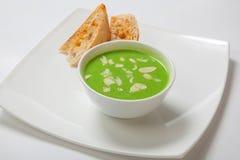 Minestra crema dell'asparago in ciotola bianca con pane Immagini Stock Libere da Diritti