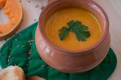 Minestra crema vegetariana da una zucca con i pani tostati immagini stock libere da diritti