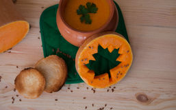 Minestra crema vegetariana da una zucca con i pani tostati immagine stock libera da diritti