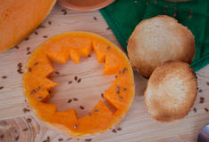 Minestra crema vegetariana da una zucca con i pani tostati Fotografia Stock Libera da Diritti