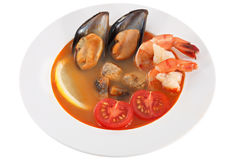 Minestra dei frutti di mare con i pomodori freschi, isolati su fondo bianco Fotografia Stock