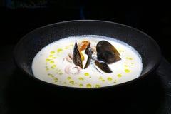 Minestra dei frutti di mare Minestra cremosa dei frutti di mare con le cozze, i gamberetti e le verdure fotografia stock libera da diritti