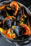 Minestra dei granchi delle cozze dei frutti di mare in vaso del metallo Fotografie Stock Libere da Diritti