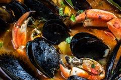 Minestra dei granchi delle cozze dei frutti di mare in vaso del metallo Fotografia Stock