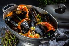 Minestra dei granchi delle cozze dei frutti di mare in vaso del metallo Fotografie Stock