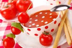 Minestra del pomodoro con le gocce crema fotografia stock