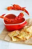 Minestra del pomodoro con le patatine fritte del formaggio e del peperoncino rosso immagine stock libera da diritti