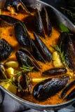 Minestra del pomodoro delle cozze dei frutti di mare in vaso del metallo Immagini Stock Libere da Diritti