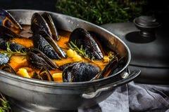 Minestra del pomodoro delle cozze dei frutti di mare in vaso del metallo Fotografie Stock