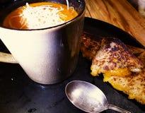 Minestra del pomodoro e panino arrostito del formaggio Fotografia Stock Libera da Diritti