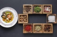 Minestra deliziosa dei frutti di mare e condimenti e spezie fragranti Immagini Stock