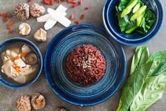 minestra dell'erba e del pollo, cavolo cinese con il riso della bacca Fotografia Stock