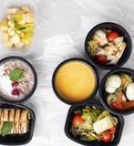 Minestra della zucca, bazil e lattuga con i vegaetbles cotti a vapore, nutrizione adeguata fotografia stock