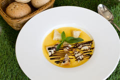 Minestra della zucca con pane fotografie stock libere da diritti