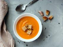 Minestra della zucca, vista superiore, spazio della copia Alimento stagionale di autunno - minestra piccante della zucca con i cr immagini stock