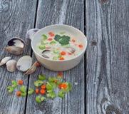 Minestra della zuppa di molluschi e latte su vecchio fondo di legno Fotografia Stock Libera da Diritti