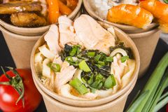 Minestra delle tagliatelle con i gamberetti, i frutti di mare, il pollo e le verdure a immagine stock