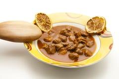 Minestra di goulash con il cucchiaio di legno Fotografia Stock