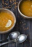 Minestra di lenticchia con aglio ed il limone in piatti dell'argilla Fotografia Stock