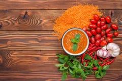 Minestra di lenticchia rossa con gli ingredienti Fotografie Stock
