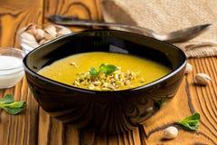 Minestra di lenticchia, zucca, pistacchio e menta crema di verdure fotografia stock libera da diritti