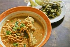 Minestra di pasta al curry con il pollo fotografia stock libera da diritti