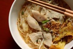 Minestra di pasta di riso asiatica con carne di maiale, la palla di pesce e lo gnocco delle patatine fritte Fotografia Stock Libera da Diritti