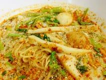 Minestra di pasta piccante tailandese dell'uovo di Tom Yum con la palla di pesce Fotografie Stock