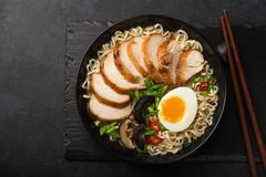 Minestra di pasta di ramen con il pollo, i mushroms dello shiitake e l'uovo in bla immagini stock libere da diritti