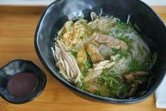 Minestra di pasta di riso deliziosa con la salsa di pesce con fossette Fotografia Stock Libera da Diritti