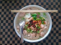 Minestra di pasta di riso vietnamita con carne di maiale tagliata e la salsiccia fotografia stock