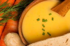 Minestra di patate fresca del carota del vegano e Immagini Stock Libere da Diritti