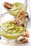 Minestra di piselli densa vegetariana con i pani tostati Fotografia Stock Libera da Diritti