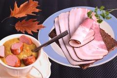 Minestra di piselli, pumpernickel e pancetta affumicata Fotografia Stock Libera da Diritti