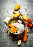 Minestra di pollo in un vecchio vaso con le verdure Immagini Stock Libere da Diritti
