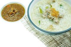 Minestra di riso con aglio fritto e carne di maiale tritata Fotografia Stock