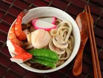 Minestra di tagliatella di Udon dei frutti di mare, piatto giapponese popolare Immagini Stock