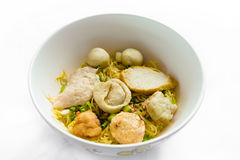 Minestra di tagliatelle del riso con le palle di pesce Fotografie Stock