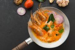 Minestra di Tom Yum o goong di yum di gatto, un gamberetto piccante tradizionale tailandese così fotografia stock libera da diritti